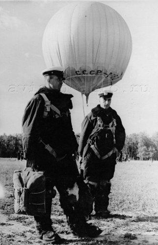Перед вылетом субстратастата. Пилот А.Ф. Крикун и командир А.А. Фомин, Москва, 14 июля 1939