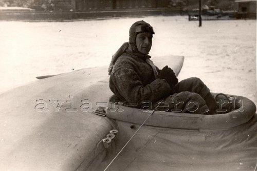 Лётчик Шмидт на надувном планере, Москва, декабрь 1935
